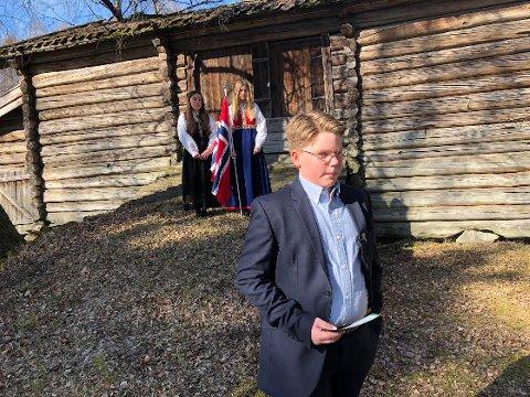TALE: Kim Johnsen holder sin del av talen mens Anja Sophie Hoffmann og Selma Stenshol er flaggdamer i bakgrunnen.