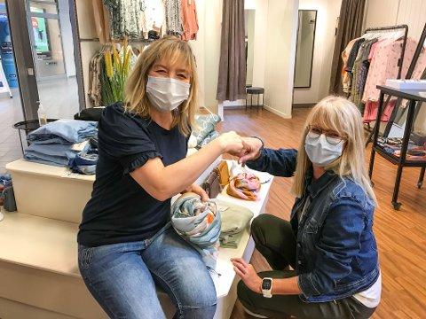 OVER ALL FORVENTNING: Daglig leder Külliki Haave (t.v.) og Lena Olsen er strålende fornøyde med første dag på Skarnes. – Fredag må vi ta med ny forsyning med klær fra Kongsvinger.