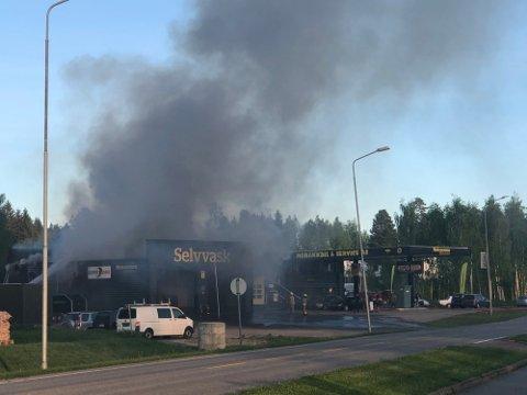 Det er kraftig røykutvikling på stedet.