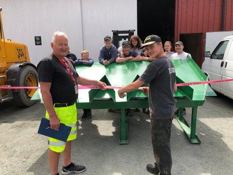 SNORKLIPP: Kasper Snapa klipte snora rundt sandsekkautomaten, og dermed kan Grue kommune og Ivar Hoff overta automaten som Snapa har laget.