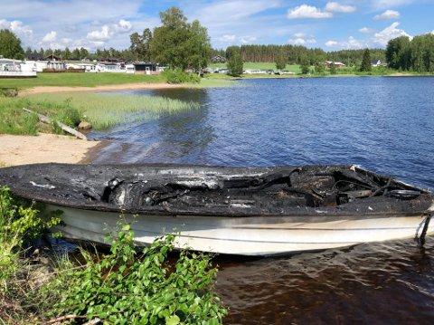Båten tok fyr ute på vannet, men heldigvis klarte eieren å få den inn til land, og kom uskadd fra hendelsen.
