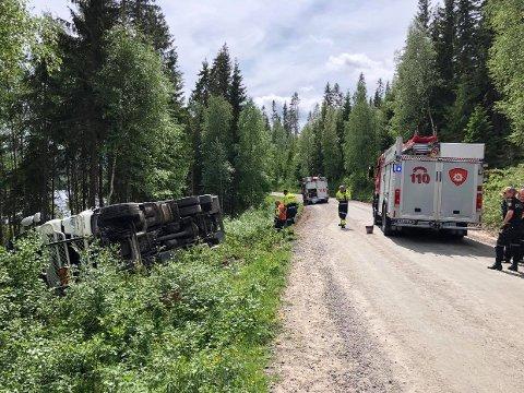 Tankbilen som har veltet er lastet med 10.000 liter diesel, og brannvesenet har hatt stort fokus på å stoppe lekkasjen. Det er ikke mange meterne ned til Frysjøen.