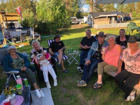 NÆR GRENSEN: Noen av dem hadde kjørt 50 mil i helgen for å komme til grensen. Men noen svenskehandel ble det ikke for gjengen fra Vestlandet. FOTO: SIGMUND FOSSEN