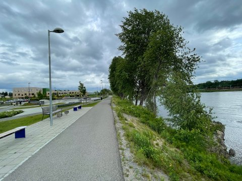 Strandpromenaden som går langs aktivitetsparken og Kusk er ikke sikret.