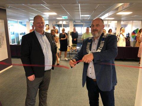 SNORKLIPP: HS Media har utvidet med 250 kvadratmeter og 18 nye kontorer. Rune Grenberg klipte snora, og daglig leder Tor Arne Sandholt forteller om en bra vekst i bedriften.