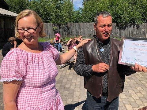 JUBILANT: Tone Hanssen kunne overraske Øyvind Bergerud med flotte gaver for hans 30 første år i Ny Vekst og Kompetanse, avdeling Grue.