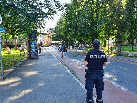 AVSLØRT: Barnefaren på elsparkesykkel kom kjørende over dette krysset mandag ettermiddag med barnet på skulderen. Ved Eventyrbrua ventet politiet.