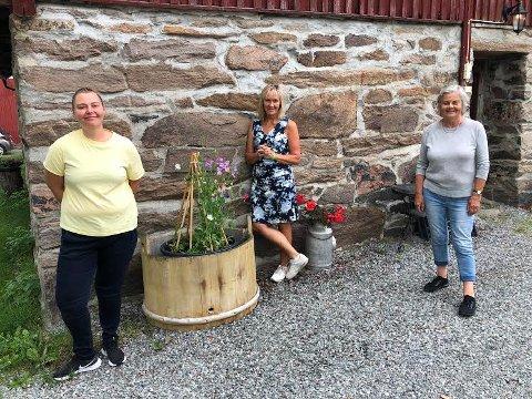 BESØK: Elisabeth Høye Calmeyer (til høyre) åpner dørene på Søndre Grøset og tar i mot eldre, hjemmeboende to dager i uka fra 3. august. Beathe Jonsen (til venstre) har søkt og fått midler fra statsforvalteren, og Eli Grøntoft Dybdahl er glad for at flere blir med på Inn på Tunet. Hun er daglig leder for Inn på Tunet i Innlandet.