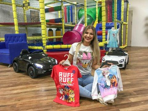 ÅPNER DØRENE: Weronika Sobocinska gleder seg stort til å invitere kundene inn. – Her skal barna synes det er skikkelig moro å være med på handletur, sier hun.
