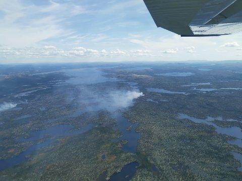 FLYFOTO: Slik så det ut i området hvor det brant i Femundsmarka mandag. Rogen synes i bakgrunnen.