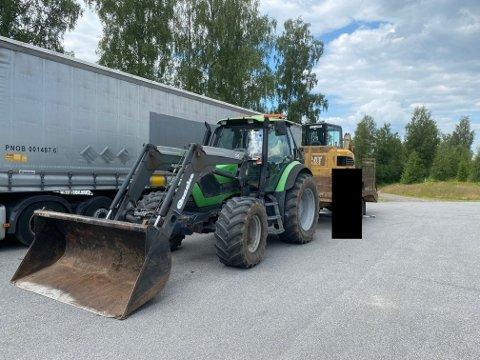 STOPPET: Denne traktoren ble stoppet fordi den hadde med seg en uregistrert henger og mangel på lastesikring.