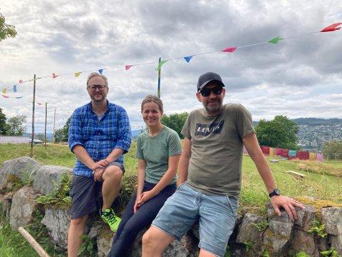 Ønsker velkommen til Festival Bohem for tredje gang: Arrangørene (f.v.) Martin Skogrand (43), Tara Solli (22) og Henning Olstad Kjøk (47) er stolte over å kunne invitere til festival også i korona-året 2021. - Vi håper folk koser seg masse, understreker Skogrand.