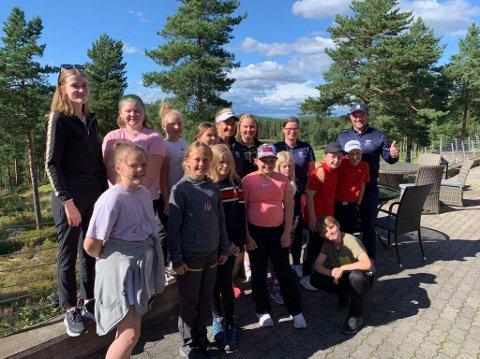 """SAMLEBILDE: Mange blide fjes da Suzann """"Tutta"""" Pettersen stilte opp på lagbilde med de unge jentetalentene i Kongsvinger golfklubb."""