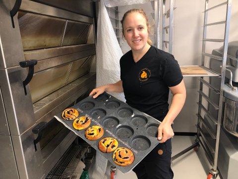 Daglig leder ved Ingelsrud Konditori, Andrea Ingelsrud, kan være stolt over at bedriften er en av tre i finalen til å bli Årets bakeri 2021. 1. oktober avgjøres det hele - så det er bare å stemme ivei!