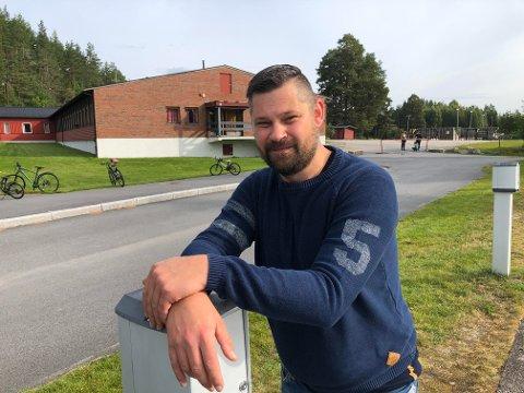 BILKORTESJE: Tommy Kornstad forteller at det blir bilkortesje på Flisa mandag kveld for å demonstrere mot skolenedleggelse og at innbyggerforslaget avvises. Han håper  mange møter opp med bil.