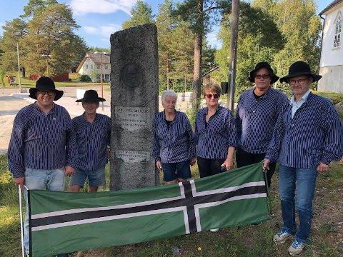 REPUBLIKK: Deler av republikkens regjering er samlet ved bautaen til Carl Axel Gottlund. Gottlund har betydd mye for den skogfinske kulturen, og i år er det 200 år siden han vandret rundt på Finnskogen. Fra venstre: Even Wiger, Bjarne Korbøk, Inger Lise Korbøl, Ragnhild Kalnæs, Jørn Skaslien og Cato Rismoen. Ida S. Holen og Aina Slaastad var ikke til stede.