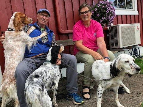 SLUTT: Stein og Aino K. Sorknes har vært gode støttespillere for datteren Nora de 13 årene hun har drevet Finntorpet Kennel og Hundehotell. Søndag stenger de dørene.