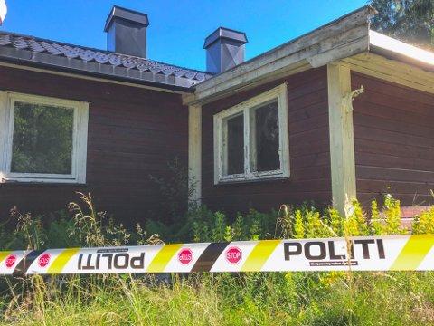 UBEBOELIG: Den kommunale boligen i Tjernsligrenda hadde  store innvendige røyk- og sotskader. Nå er en mann tiltalt for grovt skadeverk ved å ha forårsaket brannen.
