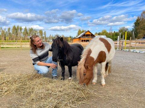 Stine og to av ponniene på gården.