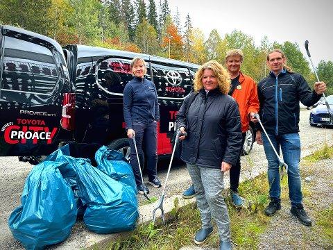 UT OG PLUKKE: (f.v) Anne Trolie, Eva Vermunsberget, Uno Arnesen og Max Furth er de som tok seg tid lørdag ettermiddag til å være med å gjøre verden til et renere sted.