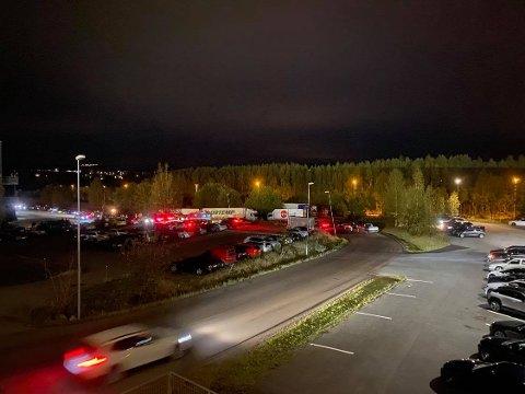 SAMLING: Politiet måtte løse opp et nytt rånetreff natt til søndag, (FOTO: RB-TIPSER)