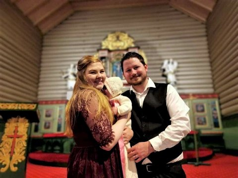 Susanne Thinn Lykkås og forloveden Nichlas Krabsethsve prøver en original måte å finansiere bryllupet på. Her er de med datteren på armen etter barnedåp.