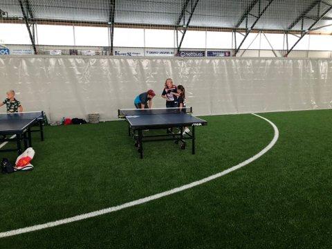 """MANGE IDRETTSTILBUD: Her fra """"alt-mulig-dagen"""" i storhallen i Kongsvinger i 2018 da lokale idrettslag viste fram ulike aktivitetstilbud. Her: Bordtennis."""