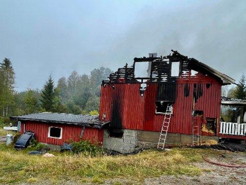 UTRYKNING: Innsatsleder Conny Olsson forteller at Glåmdal brannvesen IKS rykket ut med et mannskap på 13 personer samt fire biler og en tankbil fra Kongsvinger. Huset på Vestmarka er totalskadd.