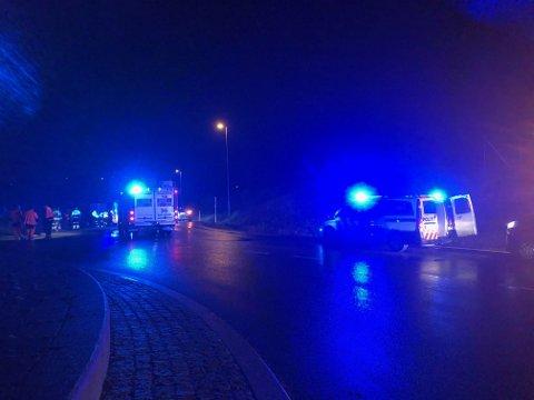 TRE PERSONER SKADET: To personer skal være hardt skadet og en tredje person lettere skadet, etter en trafikkulykke på E16 onsdag kveld.