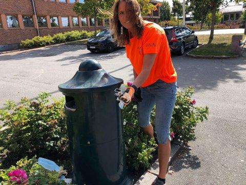 SØPPEL: Anette Mobakk finner stadig søppel, og her gjør hun en innsats ved rådhuset på Flisa.
