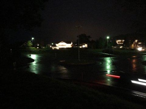 MØRKT: Slik ser det ut i rundkjøringa der fylkesvei 175 og fylkesvei 24 krysser hverandre.Store deler av høsten har det vært mørkt her.