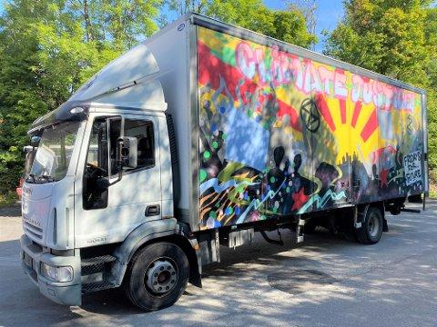 AVSKILTET: Aktivistene har dratt, men lastebilen står igjen et par mil fra Oslo. Hittil har kostnadene kommet opp i ca. 10.000 kroner, får AO opplyst.