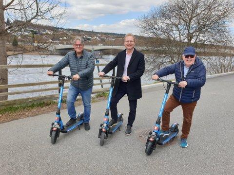 Johan Aas (til venstre) med sparkesykkelen som ble stjålet. Her sammen med partikollegene Tor André Johnsen og Kjell Arne Hanssen.