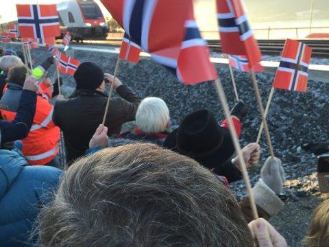 Dobbeltspor på Dovrebanen  Samferdselsminister Ketil Solvik-Olsen gjennomfører den offisielle åpningen av jernbanestrekningen Langset-Kleverud på Dovrebanen lørdag 12. desember.            Folk vaiet med flagg under åpningsmarkeringen for det nye dobbeltsporet