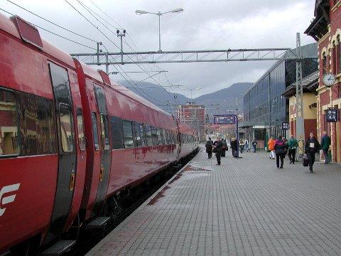 Skal du ut og reise med tog i helga, må du beregne god tid og sjekke informasjon fra NSB. Det settes opp buss mellom Eidsvoll og Trondheim, på grunn av arbeider på sporet.