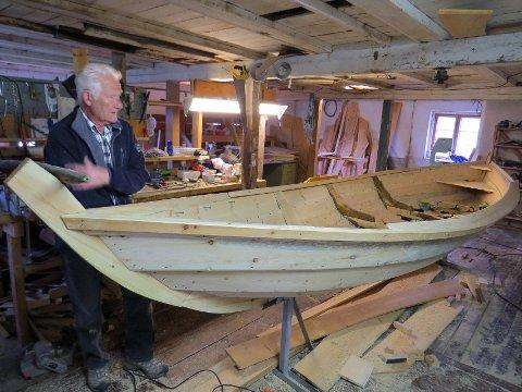 Tradisjonsbærer: Andreas Kampesæter med en av båtene han har laget. Han er en av de siste som ivaretar det gamle håndverket i Skåbu.