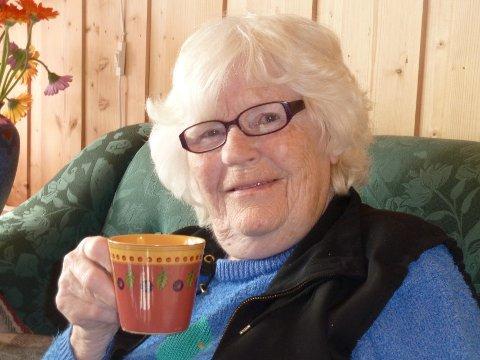 Skryter: Gerd Thordis Dyrud skryter av de ansatte på omsorgssenteret i Forset. Men at noen har tatt alle tingene hennes, pengene hennes og ikke minst sølvtøyet hennes, kan hun ikke forsone seg med. – Hvor er det blitt av? spør hun. Da hun kom til omsorgssenteret hadde hun med seg tre kaffekopper og 12 tallerkener.