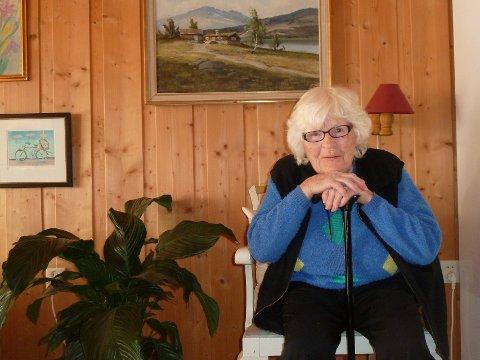 Har støtte: Gerd Thordis Dyrud kan være glad hun har en stav å støtte seg på mens hun venter på utviklingen i saken sin. Det som er sikkert, er at uansett hva Statens sivilrettsforvaltning kommer til, har det ingen konsekvens for henne. Bare politiet kan gjøre noe.