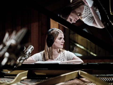 MED KLAVER PÅ SOGNEFJELLET: Pianisten og komponisten Maren Mørreaunet Selvaag fra Lillehammer. Arkivfoto.
