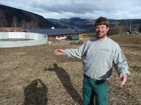 Her: Sondre Stubrud fikk 1,25 millioner av Innovasjon Norge i 2014. Tilskuddet utløste en investering på drøyt seks millioner; gjødselslager på 1540 kubikk og splitter nytt lausdriftsfjøs. – Uten tilskuddet fra Innovasjon  Norge hadde det ikke gått, sier Stubrud som sikter mot ei kvote på 300.000 liter mjølk. Det bli i såfall mer enn ei dobling.Begge foto: Einar Odden
