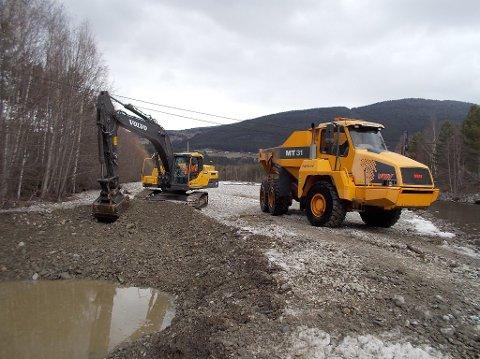 FOREBYGGER: Bildet er fra gravearbeider i Frya elv i 2016. Også i år skal det fjernes løsmasser.