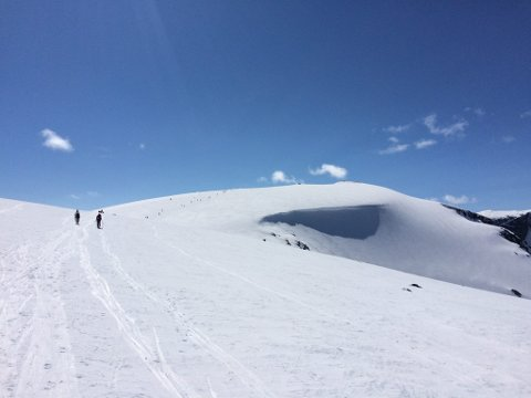 Spar toppturene til senere i påsken, er rådet fra Røde Kors. I en rekke fjellområder vil det være betydelig fare for snøskred mandag og tirsdag.