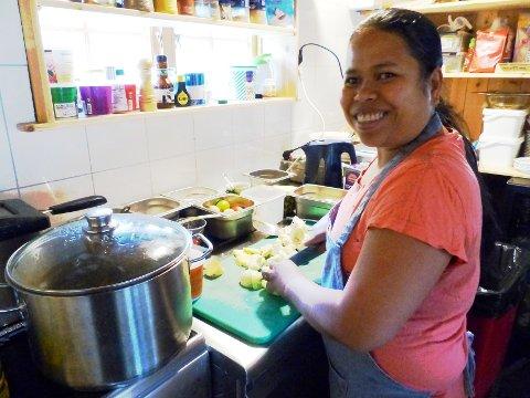 TIL ALLE: Det syder og freser i alle gryter når Surina lager thaimat.  Men hun lager også gjerne rømmegraut og kjøttkaker. - Alle får, forsikrer hun. Foto: Anne Stokke