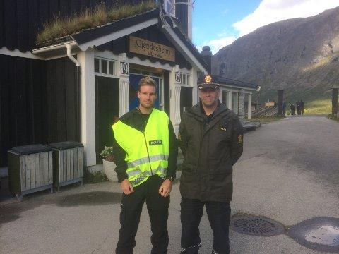 Politibetjent Bjørner Østensen og innsatsleder Tor Trønnes var til stede på Gjendesheim under redningsaskjonen som fant sted torsdag 1. september. Et turfølge på seks funksjonshemmede og 10 turledere trengte hjelp for å komme ned fra Besseggen.