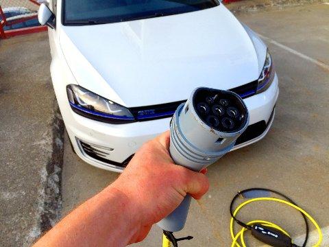 MILJØVENNLIG: AUF krever at biler som brukes av stat, fylke og kommune skal være elektriske eller ladbare hybridbiler, eller at de går på biodrivstoff.