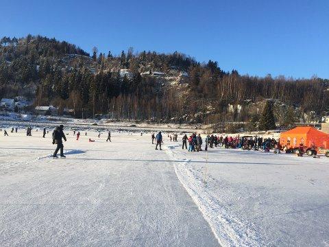 Det var enda flere mennesker enn vanlig på Vingnesvika skøytebane under DNTs familiedag søndag.