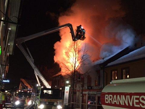 Brannvesenet kjemper mot flammene i det overtente Vic-bygget.