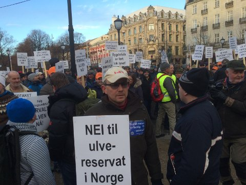 Demonstrater samlet foran Stortinget i Oslo.