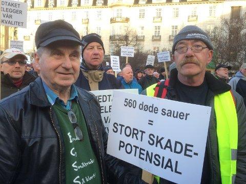 - Feigt av ministeren å ikke ta debatten, sier bondelederne når de får høre at Helgesen trekker seg fra å møte demonstrantene utenfor departementet. T.v. Terje Holen og Ole-Petter Berget.