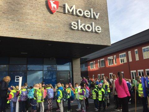 Elever utenfor den nye skolen i Moelv.